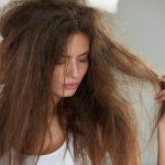 髪の毛が湿気ではねる原因って?ボサボサ髪もまとまる方法は?